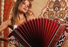 Обои красивой девушки на аккордеоне или баяне
