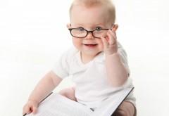 Малыш в очках на белом фоне