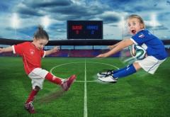 Девочки маленькие играют в футбол обои на рабочий стол