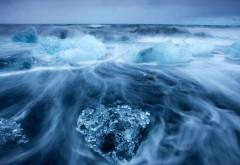 куски льда в океане