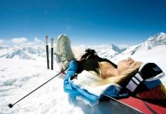 Горнолыжница отдыхает перед спуском