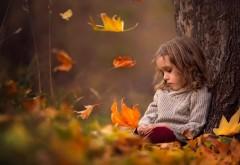 грустная девочка осенние листья фоны скачать