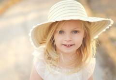милая девушка девочка в желтой шляпе картинки скачать